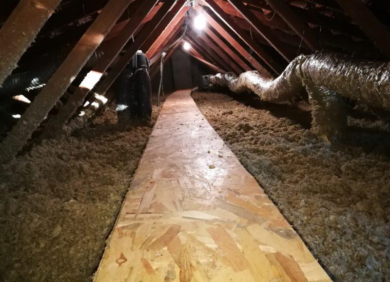 Travail de préparation d'isolation des combles perdus d'une maison
